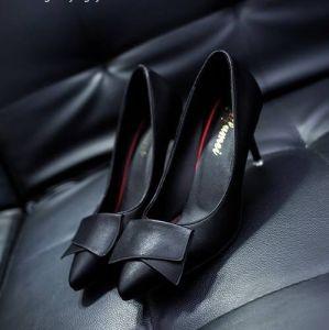 Giày cao gót nơ viền chỉ