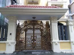 Mẫu cổng biệt thự song sắt hoa văn kết hợp mái dốc màu xanh denim