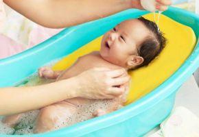 Tắm bé sơ sinh