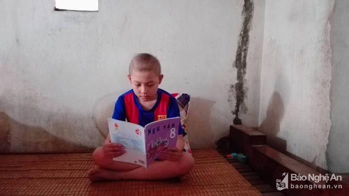 Ngay cả những lúc nằm trên giường bệnh chiến đấu với bệnh tật, Nguyễn Bá Thuận đều muốn học. Ước mơ của em là trở thành bác sỹ. Ảnh: Thiên Thiên