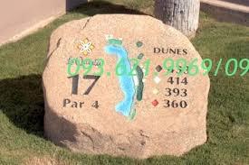Biển đá đặt trên sân golf