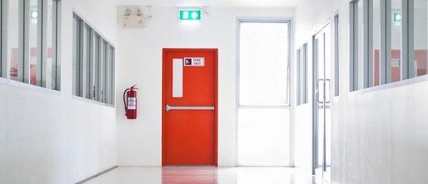 Mọi công trình thi công phải sử dụng cửa chống cháy tại lối thoát hiểm